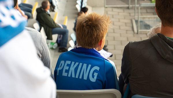 En pojke med förälder på Svenska kyrkans familjeläktare på IFK Norrköpings match.